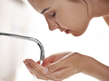 Νερό βρύσης: φίλος ή εχθρός στο καθαρισμό του ευαίσθητου προσώπου;