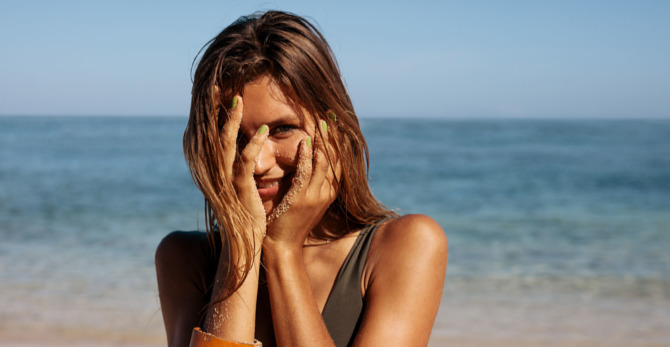 5 πράγματα της παραλίας που ερεθίζουν το δέρμα με ακμή