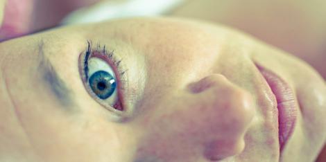 Πού οφείλονται η ξηρότητα & οι μαύροι κύκλοι κάτω από τα μάτια;